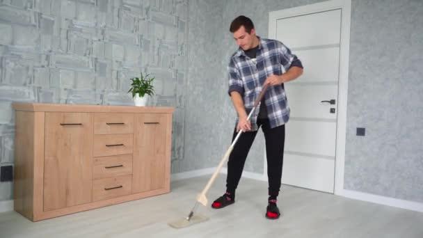 muž tření podlahy s MOP