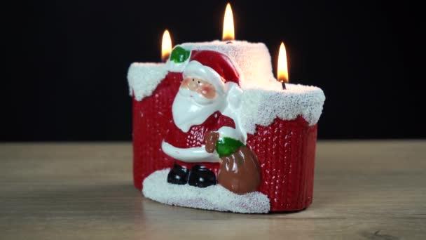 Weihnachtskerzen in Form von Weihnachtsmännern