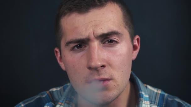 férfi dohányzás gőz közelről