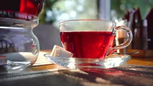 Heißer Tee mit Zucker auf dem Tisch