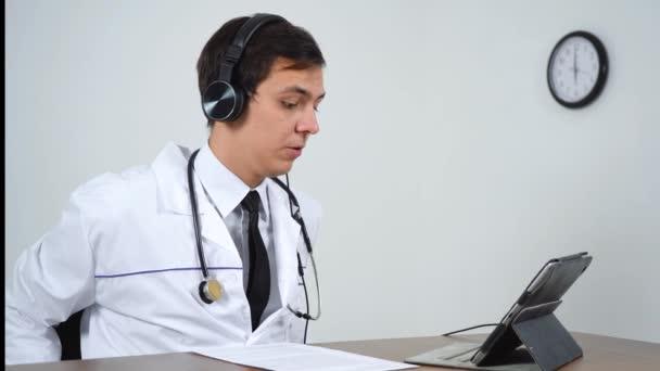 Arzt spricht per Videoschaltung mit den Patienten