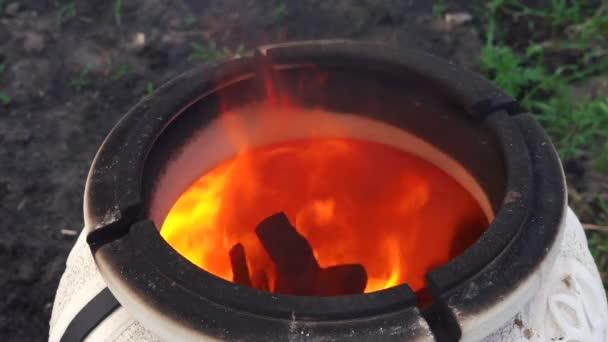 silně roztavené tandoor s unikajícími plameny