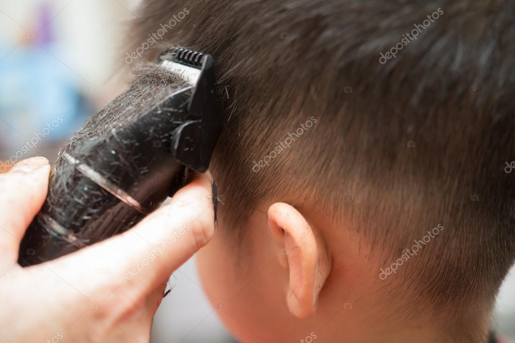 Professioneller Friseur Haare Schneiden Für Einen Jungen Zu Tun