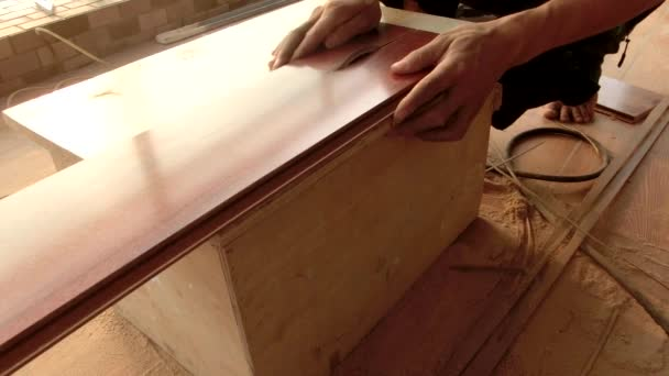 Mladý Tesař pomocí kotoučovou pilou řezat kusy dřeva