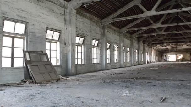 Prázdný průmyslové loft v architektonické pozadí s holé cement stěny, podlahy a sloupky
