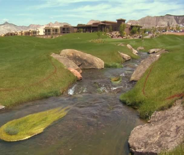 Proud protéká golfové hřiště