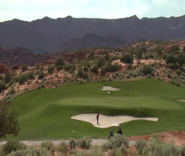 Golfista udeří míč