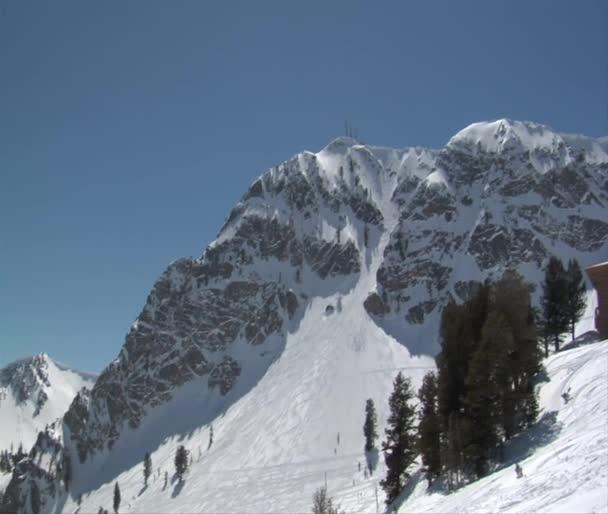 Zasněžené hory v lyžařském středisku