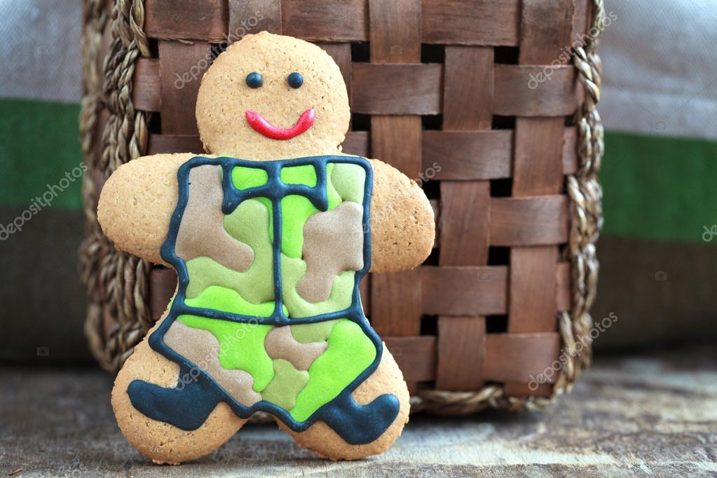 Homemade Gingerbread men in protective khaki uniforms on Defende