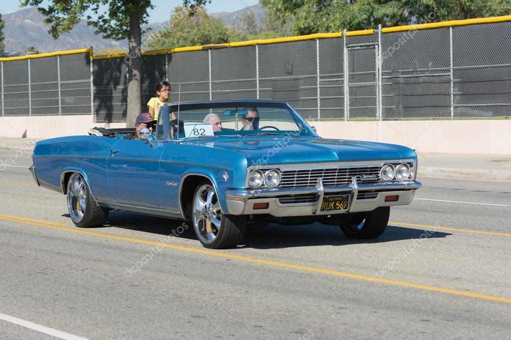 Mission Hills, Estados Unidos Da América   11 De Novembro De 2015: Chevrolet  Impala Ss Durante O Desfile Do Dia Dos Veteranos De San Fernando Valley ...