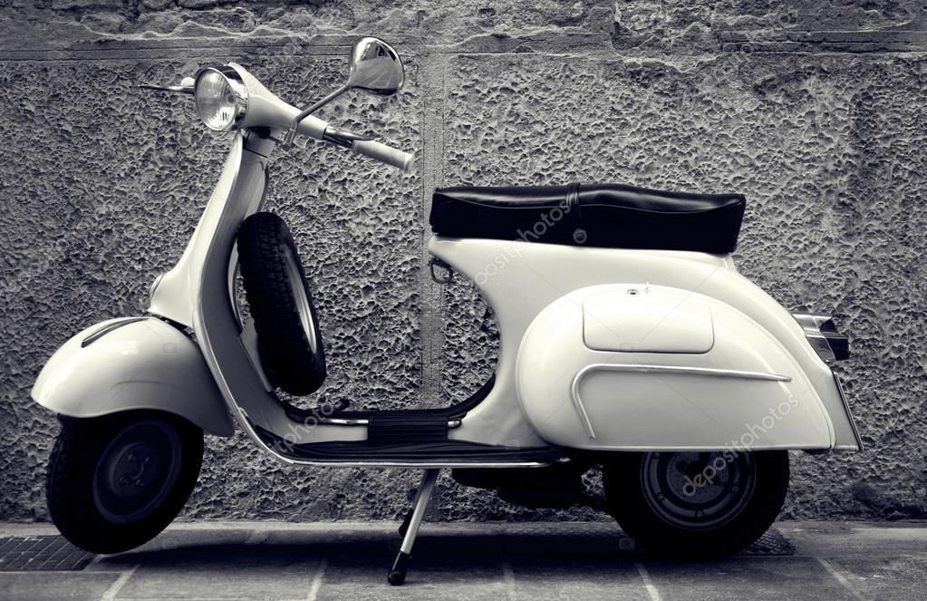 Ancien Scooter scooter ancien italien stationné dans la rue — photo éditoriale