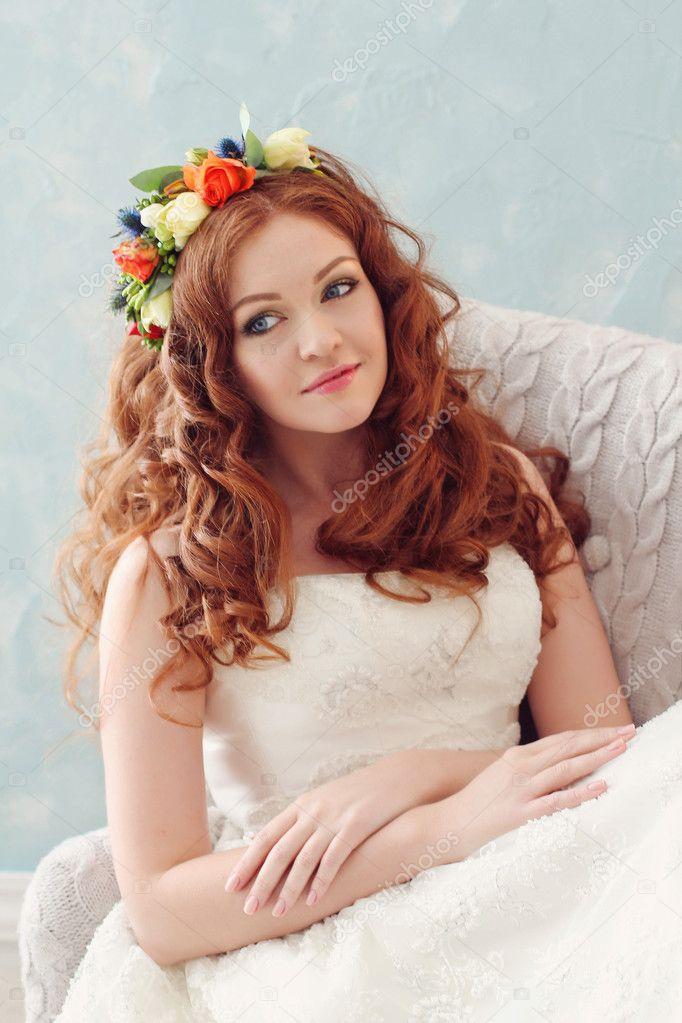 Sposa dai capelli rossi moderna ed elegante in una corona ...