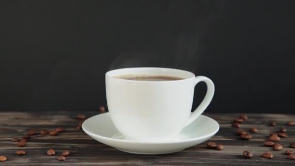 Kávový šálek s přírodní párou kouře kávy na tmavém pozadí. Hot Coffee Drink Concept.