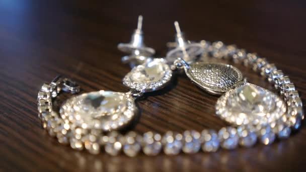 náhrdelník a náušnice silver na stůl