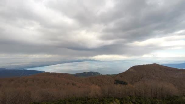 Zeitraffer der Wolken über der Landschaft