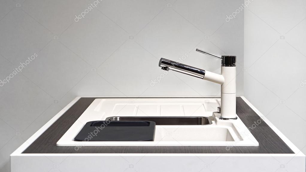 Lavello cucina bianco — Foto Stock © Bradatata #106699466