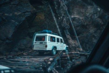 Araba Himalaya dağlarında, Nepal