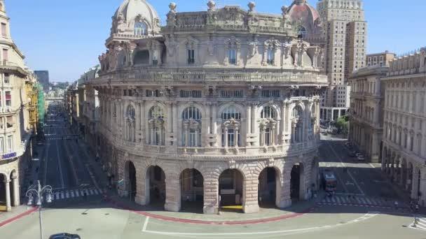 Letecký panoramatický výhled na náměstí De Ferrari v italském Janově. Nachází se v centru města mezi historickým a moderním centrem. V pozadí Palazzo della Borsa. Video 4K