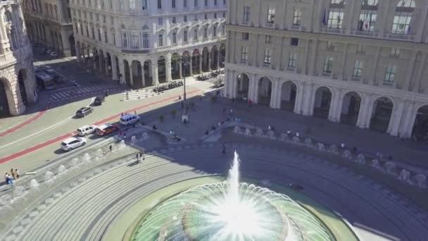 Letecký panoramatický výhled na fontánu na hlavním náměstí města Piazza De Ferrari v Janově, Itálie. Nachází se v centru města mezi historickým a moderním centrem. Video 4K