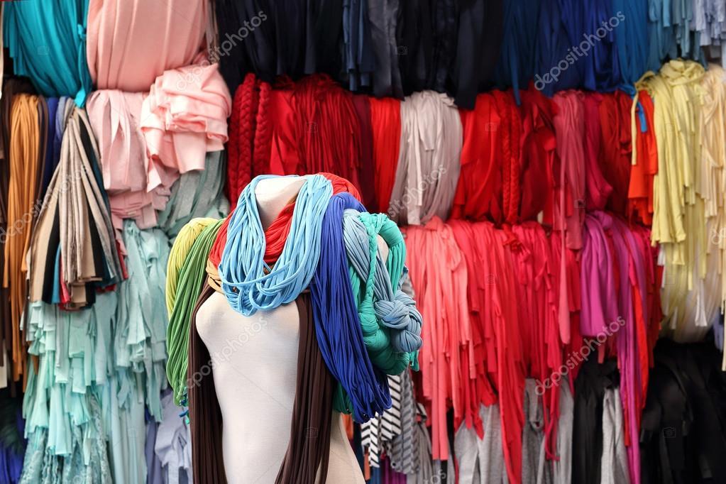 77588801e3 Επώνυμα ρούχα πολύχρωμα fabrics.workshop — Φωτογραφία Αρχείου ...