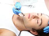 Odstranění jizev, muž s kosmetičkou, Mikrodermabraze