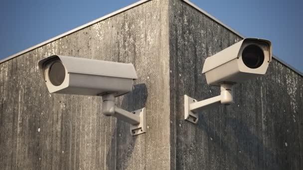 Bezpečnostní kamery na omšelé zdi