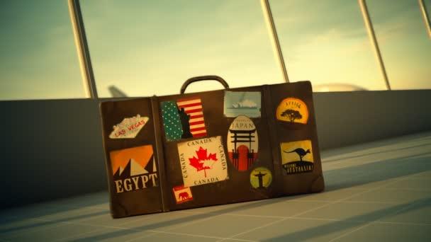 Valigia con etichette di destinazioni di viaggio allaeroporto