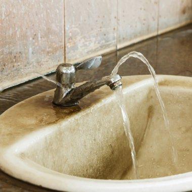 Leak and ruin valve