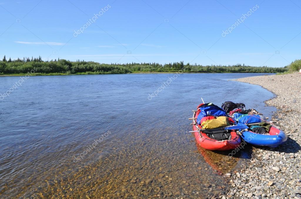 北の川の海岸の沖のボートします...