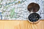 Magnetický kompas a topografická mapa.