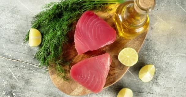 Roher Thunfisch mit Zitronen- und Dillscheiben rotiert.