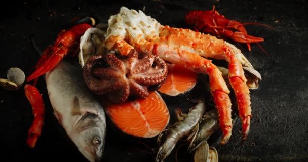 Frische Meeresfrüchte auf dem Tisch rotieren langsam.