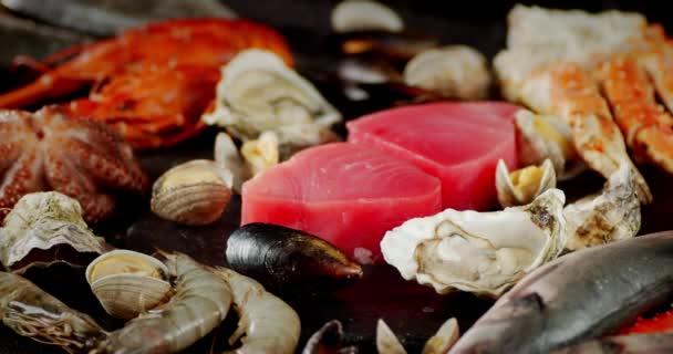 Verschiedene Arten von Meeresfrüchten rotieren langsam auf dem Tisch.