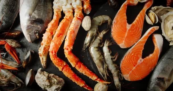 Verschiedene Arten von Meeresfrüchten auf dem Tisch.
