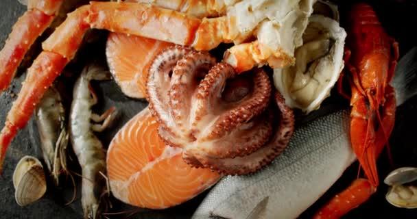Die Brust frischer Meeresfrüchte dreht sich langsam.