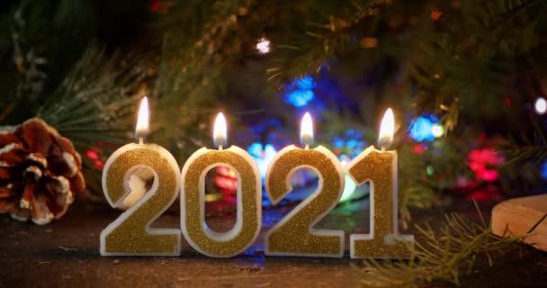 A 2021-es újévi gyertyákat fényes láng gyújtja..