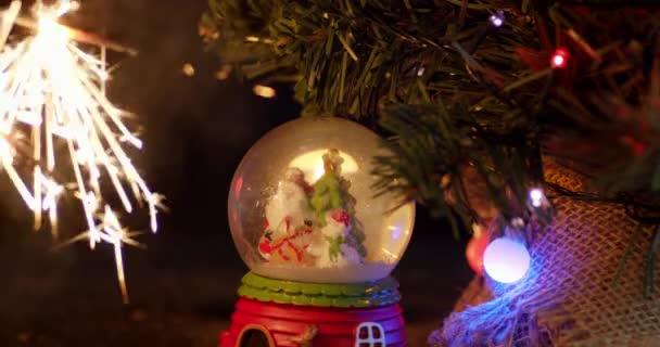 Fényes szilveszteri szikrák karácsonyfával.