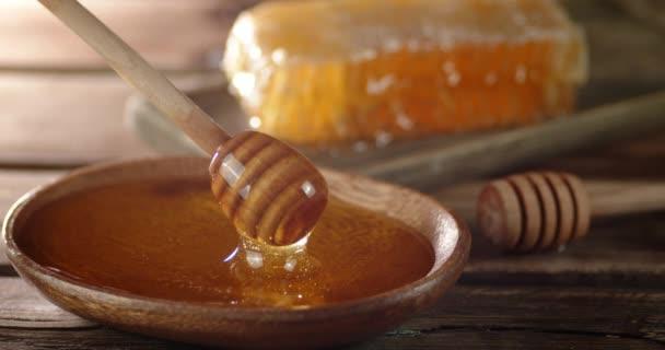 Dřevěná lžíce se namáčí do čerstvého medu.