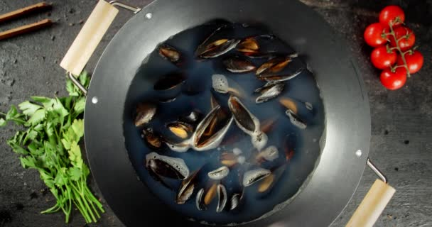Köstliche Miesmuscheln in einem Topf kochen.