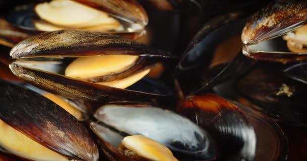 Die gekochten Muscheln rotieren langsam.