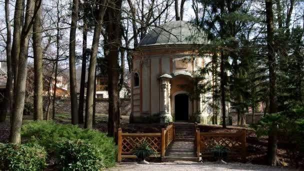 klassische Rotunde der Elemente des Barock in einem Park in betliar