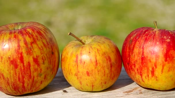 tři červená jablka
