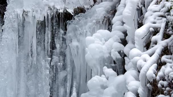 Wasserfall im Nationalpark Slowakischer Karst, im Dorf Haj im Winter