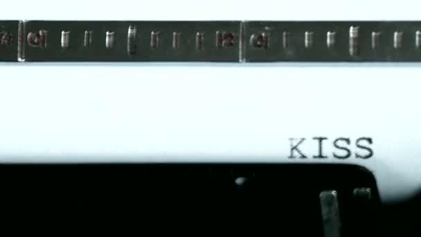 Psací stroj. Psaní textu: Polib mi ...