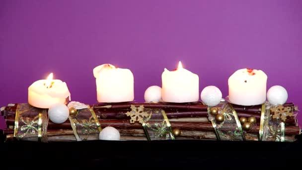 Adventskranz mit weißen Kerzen