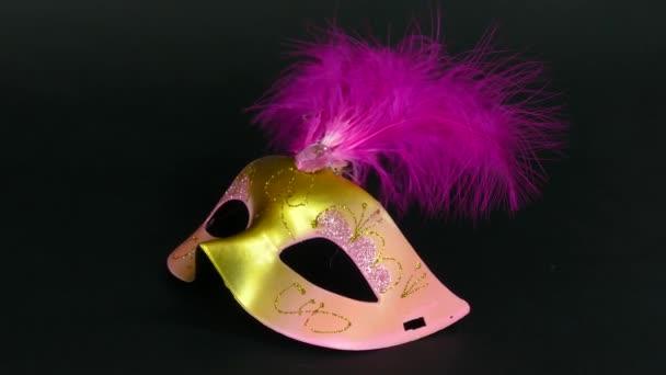 Karnevalsmaske auf schwarzem Filmmaterial 4k