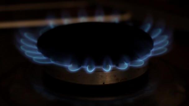 Blick auf die Flammen eines Küchenherdes. Gasbrennerflamme