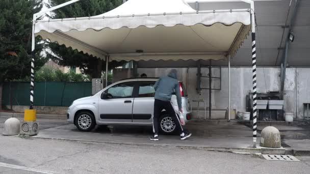 Pracovníci mytí aut čistí stříbrné auto se speciálním taninem. Vnitřní dezinfekce od prachu a špíny. Profesionální automatické čištění