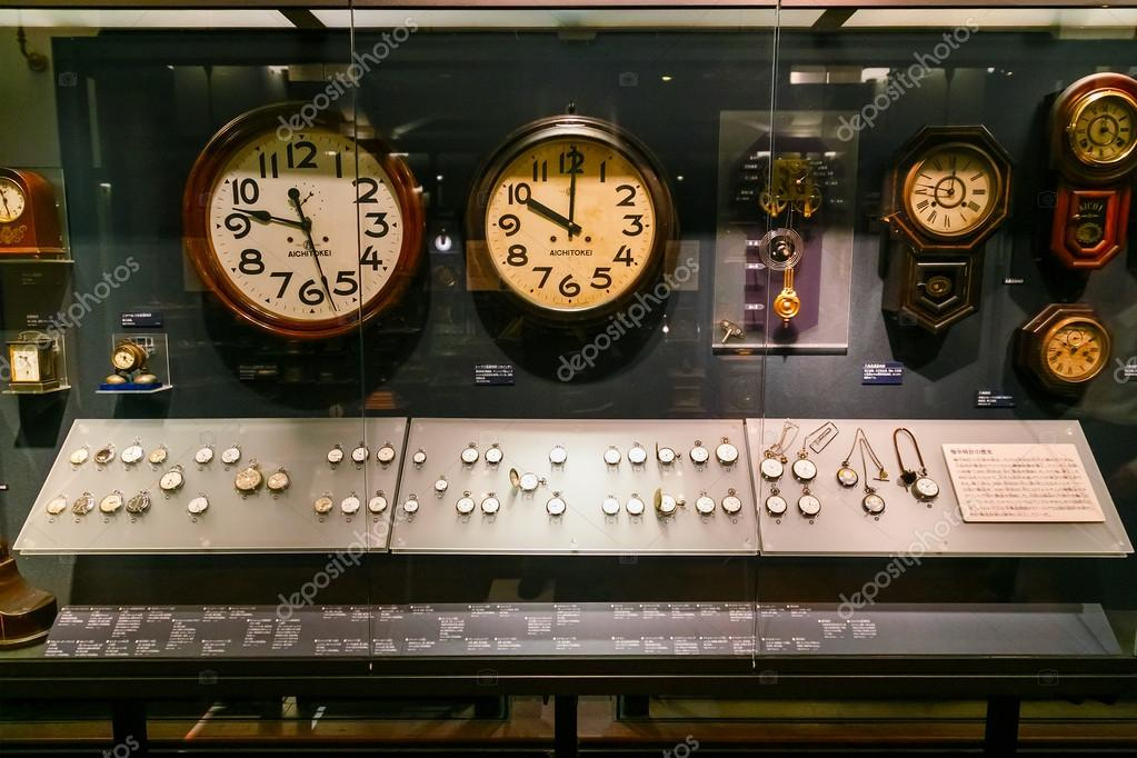 3eaf9cc535d Diferentes tipos de relógios e relógios exibidos na galeria do Museu  Nacional Japonês — Fotografia de