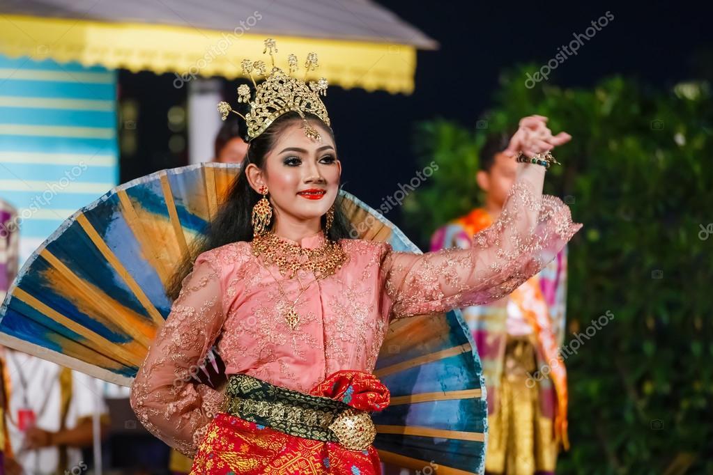 e7d580f40 Participants take part in the celebration of Thai Traditional Culture  Festival at Lumpini Park — Photo by cowardlion